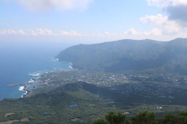Draufsicht auf den Ort Mitsune mit den beiden Häfen und einem Teil des Flughafens (rechts)