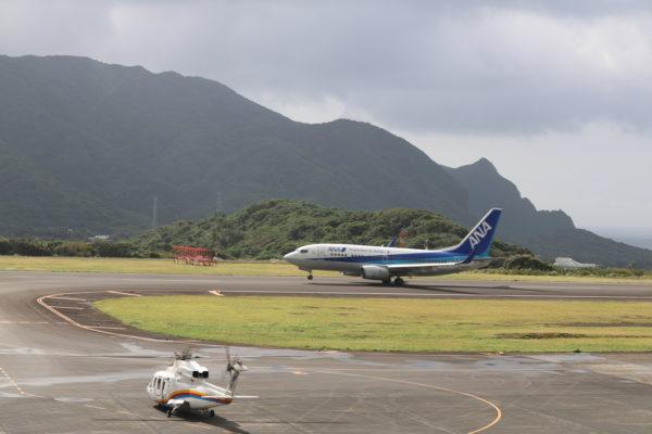 Hubschrauber und Linienflugmaschine auf dem Tarmac des Flughafens von Hachijojima
