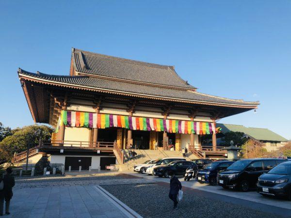 Das Hauptgebäude des Tempels. Nein, die Autos davor parken nicht - sie sind hier, um gegen Unfälle gesegnet zu werden