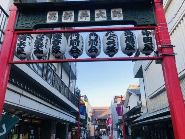 Der Weg zum Tempel wird von den üblichen traditionellen Geschäften gesäumt