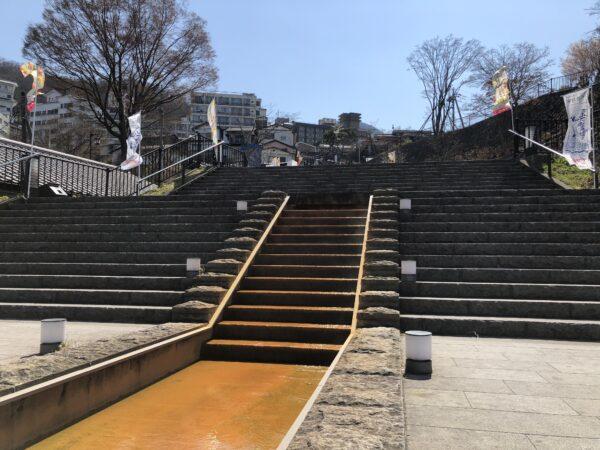 """Blick auf die 365-stufige Treppe zur Innenstadt. Im Vordergrund fliesst das """"goldene Wasserquelle"""", das hier noch relativ warm ist"""