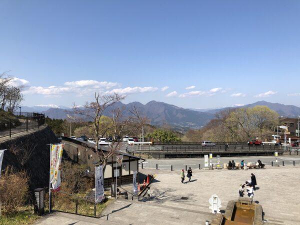 Blick vom Ortszentrum auf die schneebedeckten Berge der Umgebung nördlich und östlich von Ikaho