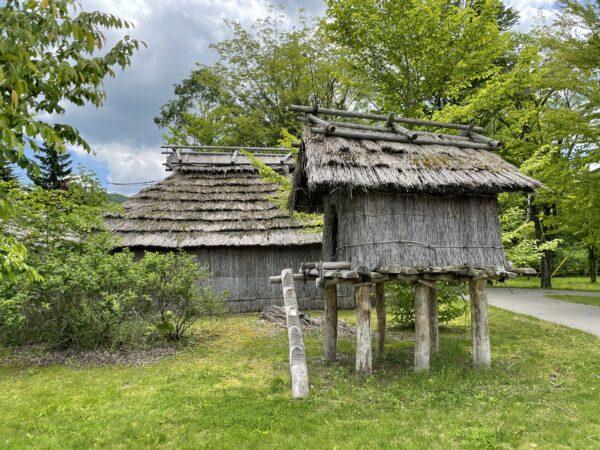 Traditionelle Ainu-Bauten in Nibutani