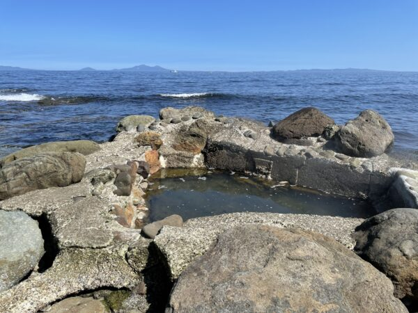 (Sehr) heiße Quelle direkt am Ufer. Die Insel auf der anderen Seite ist Kunashir (Rußland)