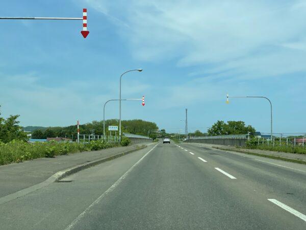 Strasse auf Hokkaido. Man beachte die Pfeile am Straßenrand - die sorgen dafür, dass man die Strasse auch im Winter wiederfindet
