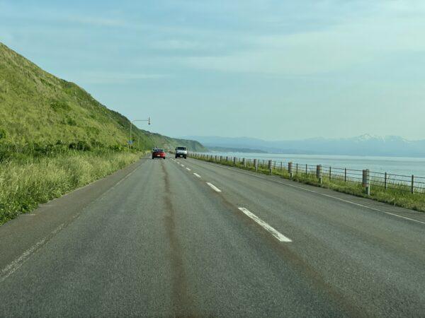 Strasse nördlich von Rumoi mit dem Shokanbetsu im Hintergrund