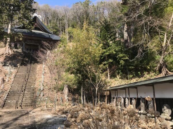 Kaigan-ji, mit einer Reihe von Steinstatuen