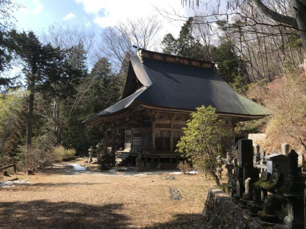 Eines der Gebäudes des Kaigan-ji in Hokuto, Yamanashi