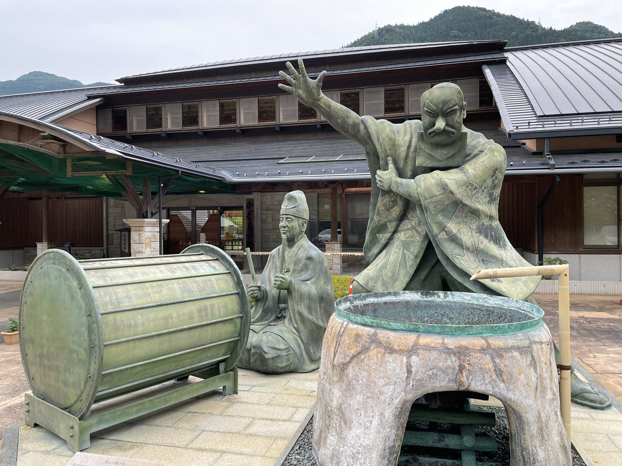 """""""Shimotsuki-Matsuri""""-Denkmal vor der heißen Quelle von Tōyamagō"""