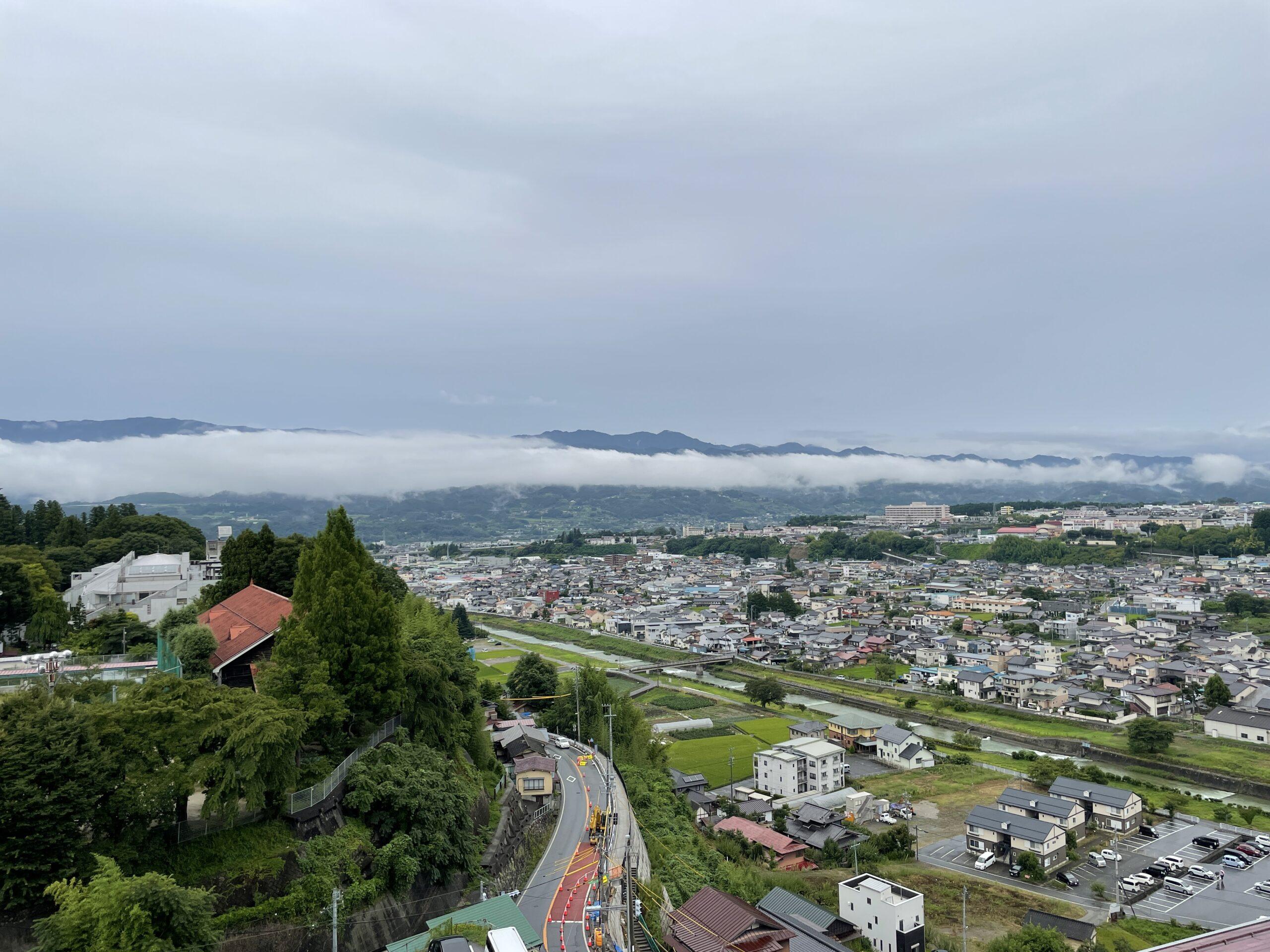 Blick vom Zentrum auf die Stadt und die Berge der Umgebung von Iida
