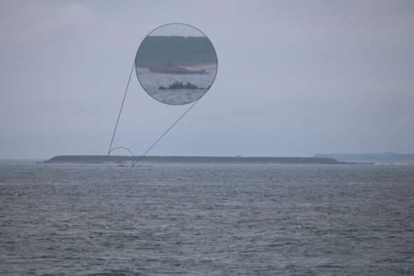 Moemoshiri-Insel - am Ufer ist ein Schiffswrack zu erkennen