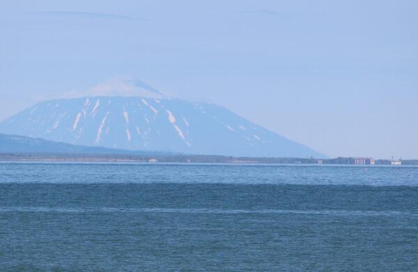 Yuzhno-Kurilsk und der markante Gipfel des Tyatya-Vulkans im Norden von Kunashiri