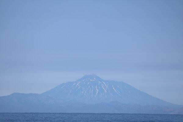 Blick von Rausu auf den sehr markanten Vulkan Tyatya auf der russischen Insel Kunashir