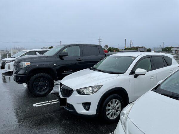"""Toyota Tundra (schwarz) vor einem """"normalen"""" SUV (weiß)"""