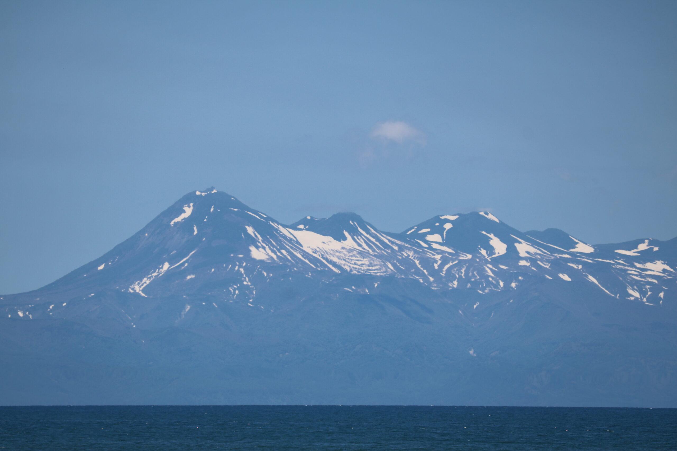 Berge der Shiretoko-Halbinsel: - selbst im Juni liegt noch sichtbar viel Schnee
